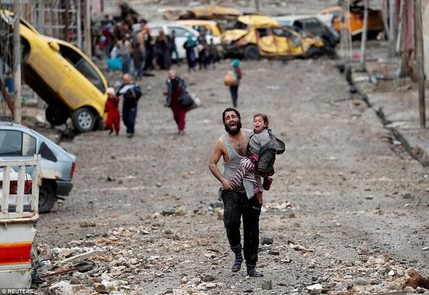 Những hình ảnh đau thương về cuộc chiến chống IS - Ảnh 1.