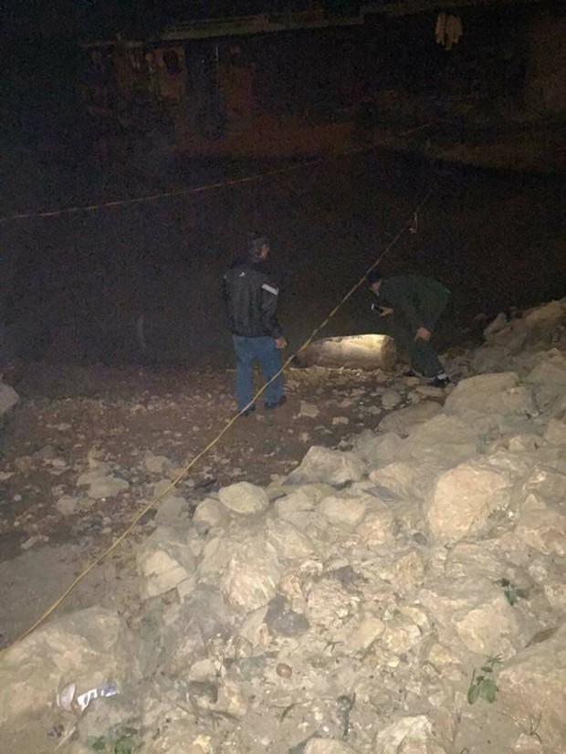 Hoảng hồn phát hiện quả bom dài hơn 1 mét ven sông Lô - Ảnh 2.