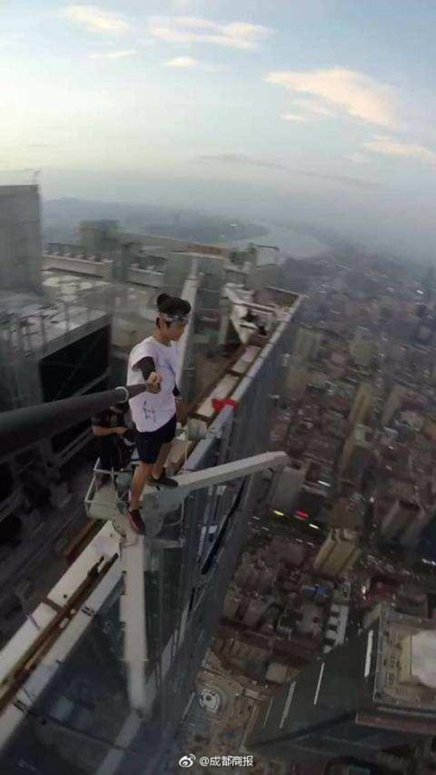 Thanh niên nổi tiếng trên MXH Trung Quốc vì không sợ chết vừa qua đời, nghi là ngã từ trên cao xuống - Ảnh 2.