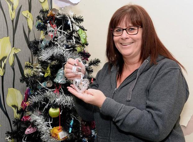 Người phụ nữ này trang trí cây thông Noel lung linh đón Giáng sinh nhưng ai biết được sự thật mới thấy rợn người - Ảnh 1.