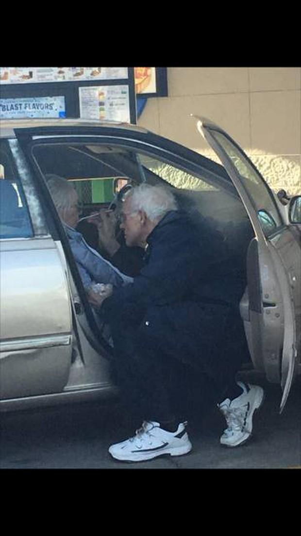 Ngọt ngào bức ảnh tình yêu vợ chồng già khiến cư dân mạng không khỏi ngưỡng mộ - Ảnh 2.