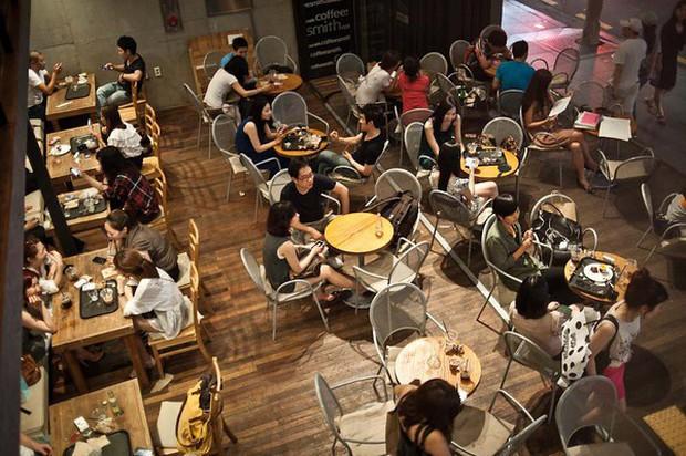 Văn hoá thưởng thức cà phê ở châu Á: Người Việt mải mê selfie ở quán đẹp long lanh, giới trẻ Hàn lại thích chốn bình dân - Ảnh 1.