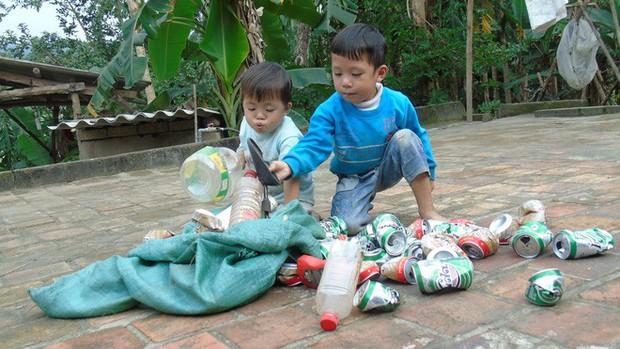 Cha mẹ bỏ rơi từ thuở lọt lòng, hai đứa trẻ ngày ngày đi nhặt phế liệu kiếm sống, gặp ai cũng cho bế và gọi mẹ - Ảnh 1.