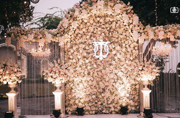 Đám cưới sang chảnh với 10.000 bông hoa tươi và váy đính 5.000 viên pha lê của cô dâu xinh đẹp ở Hà Nội - Ảnh 1.