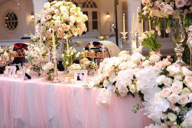 Đám cưới sang chảnh với 10.000 bông hoa tươi và váy đính 5.000 viên pha lê của cô dâu xinh đẹp ở Hà Nội - Ảnh 2.