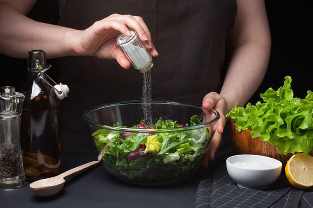 Ăn mặn dẫn tới sỏi thận, cao huyết áp, đột quỵ: Những dấu hiệu cảnh báo bạn nên ăn ít muối - Ảnh 2.