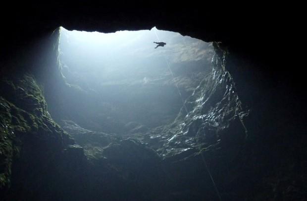 9 hố sâu bí ẩn và kỳ quái nhất trên Trái Đất, hố đầu tiên sâu không thấy đáy khiến nhiều người rùng mình - Ảnh 7.