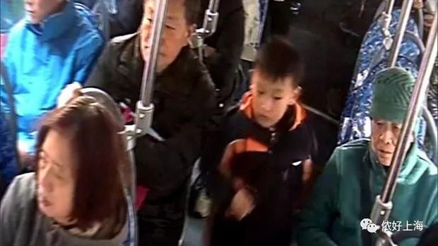 Mẹ mải mê xem điện thoại để lạc con trên xe buýt khiến bé hoảng sợ suýt khóc - Ảnh 2.