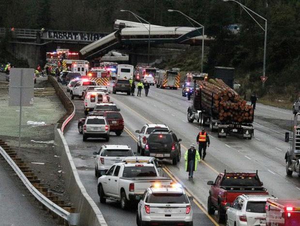 Mỹ: Tàu cao tốc trật đường ray, hàng chục người thương vong - Ảnh 1.