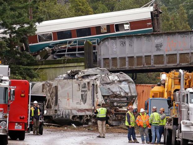 Mỹ: Tàu cao tốc trật đường ray, hàng chục người thương vong - Ảnh 2.