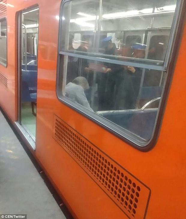 Không ai để ý người đàn ông ngủ gục nhiều giờ trên tàu điện ngầm, đến khi nhân viên đến đánh thức ông thì phát hiện sự thật kinh hoàng - Ảnh 2.