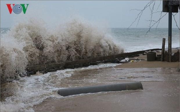 Sóng biển nổ như lựu đạn, đánh sập nhà dân ven biển Phan Thiết - Ảnh 1.