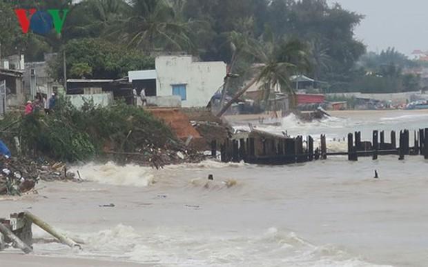 Sóng biển nổ như lựu đạn, đánh sập nhà dân ven biển Phan Thiết - Ảnh 2.