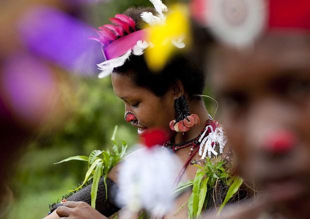 Chuyện yêu thú vị ở đảo quốc nữ quyền: Cứ đến mùa khoai, phụ nữ lại đi săn trai, có những căn lều để ngoại tình thoải mái - Ảnh 1.