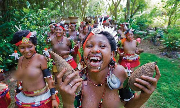 Chuyện yêu thú vị ở đảo quốc nữ quyền: Cứ đến mùa khoai, phụ nữ lại đi săn trai, có những căn lều để ngoại tình thoải mái - Ảnh 2.