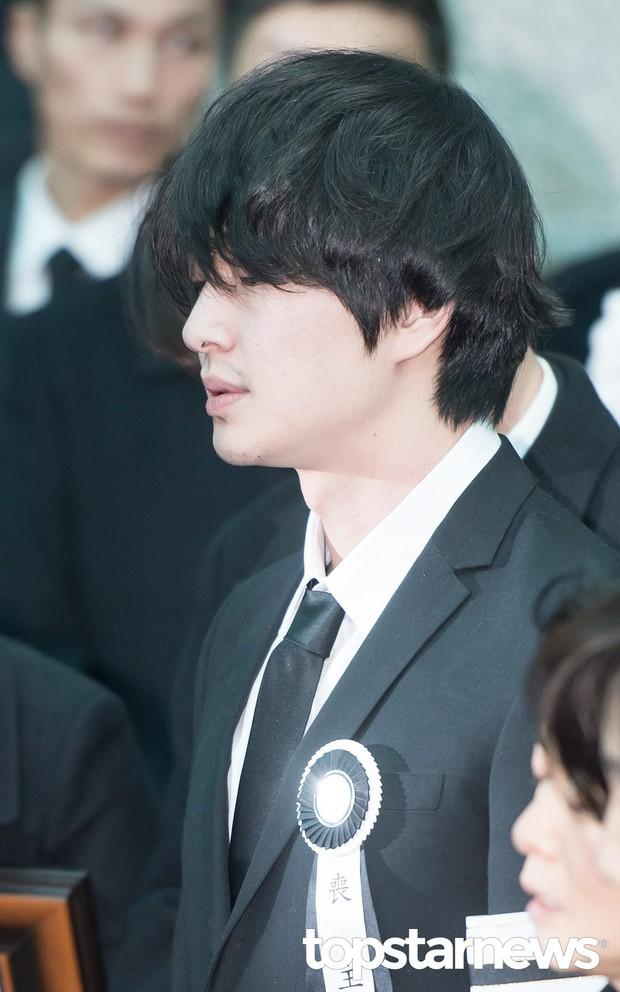 Sau cú sốc quấy rối tình dục và vụ tự tử của Jonghyun, Onew cuối cùng đã lên tiếng - Ảnh 2.