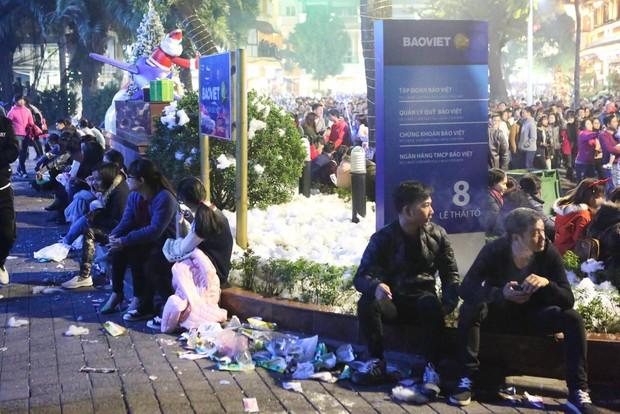Chùm ảnh: Rác ngập Phố đi bộ Hồ Gươm sau đêm Giáng sinh - Ảnh 7.