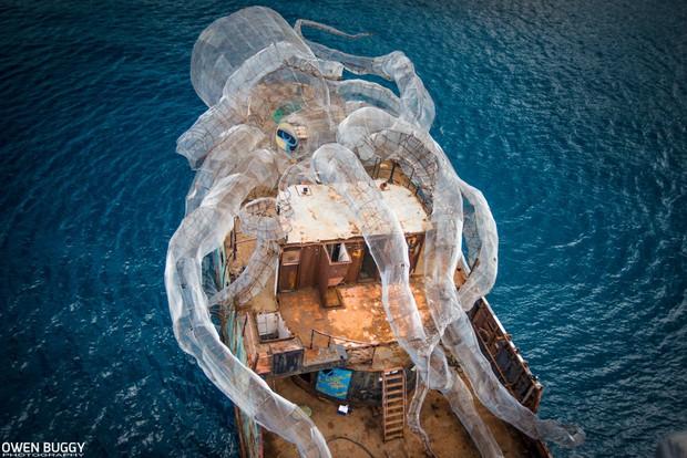 Mất 2 năm trời dựng mô hình thủy quái Kraken trên chiếc tàu cũ để rồi đánh chìm, kết quả sau đó ai cũng vô cùng ngưỡng mộ - Ảnh 1.