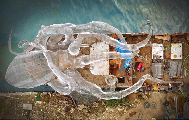 Mất 2 năm trời dựng mô hình thủy quái Kraken trên chiếc tàu cũ để rồi đánh chìm, kết quả sau đó ai cũng vô cùng ngưỡng mộ - Ảnh 2.
