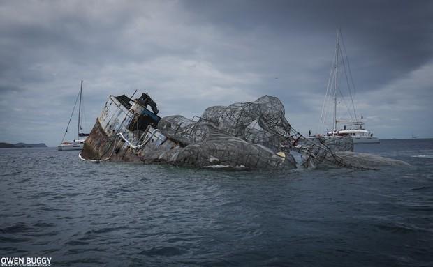 Mất 2 năm trời dựng mô hình thủy quái Kraken trên chiếc tàu cũ để rồi đánh chìm, kết quả sau đó ai cũng vô cùng ngưỡng mộ - Ảnh 6.