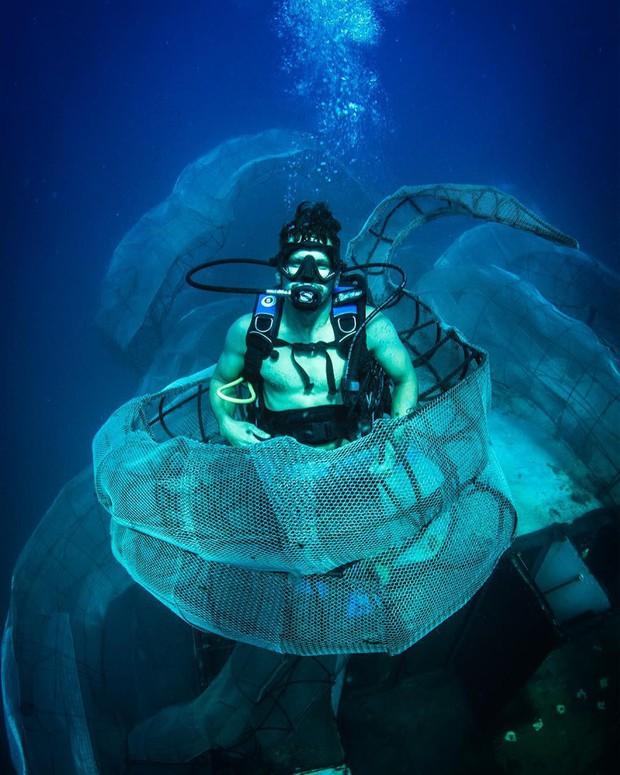 Mất 2 năm trời dựng mô hình thủy quái Kraken trên chiếc tàu cũ để rồi đánh chìm, kết quả sau đó ai cũng vô cùng ngưỡng mộ - Ảnh 8.