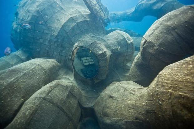 Mất 2 năm trời dựng mô hình thủy quái Kraken trên chiếc tàu cũ để rồi đánh chìm, kết quả sau đó ai cũng vô cùng ngưỡng mộ - Ảnh 10.