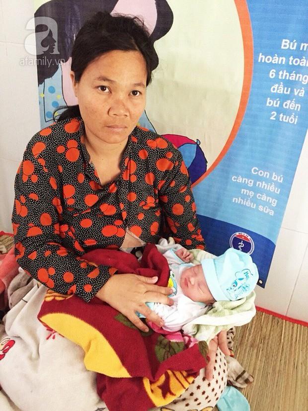 Cà Mau: Lên cơn đau đẻ bất ngờ, sản phụ sinh con trên đường chạy bão Tembin - Ảnh 1.