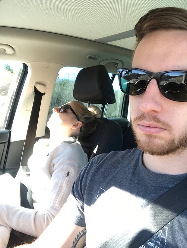 Ông chồng có tâm nhất năm: Cứ nhằm lúc vợ ngủ ngáy trên xe là chụp ảnh rồi khoe khắp mạng xã hội - Ảnh 1.