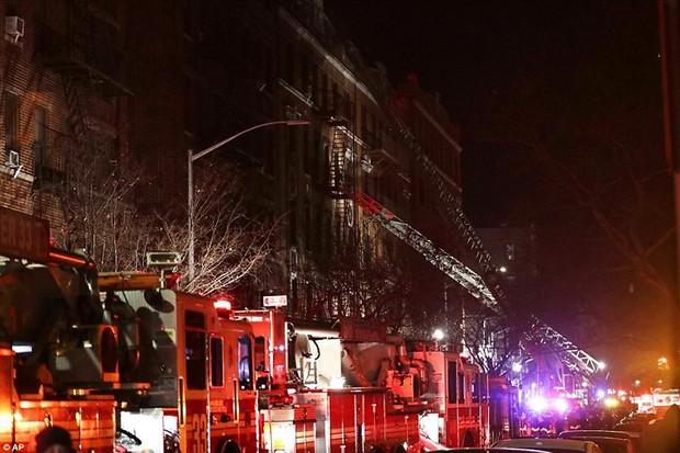 Hiện trường vụ cháy kinh hoàng làm 12 người chết ở New York (Mỹ) - Ảnh 1.