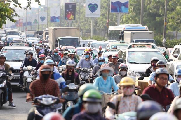 Đường phố Sài Gòn và Hà Nội đông đúc sau ngày làm việc cuối cùng trong năm 2017 - Ảnh 2.