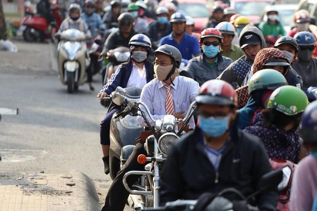 Đường phố Sài Gòn và Hà Nội đông đúc sau ngày làm việc cuối cùng trong năm 2017 - Ảnh 3.