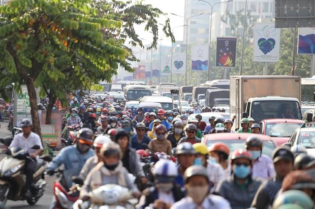 Đường phố Sài Gòn và Hà Nội đông đúc sau ngày làm việc cuối cùng trong năm 2017 - Ảnh 4.