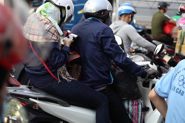 Đường phố Sài Gòn và Hà Nội đông đúc sau ngày làm việc cuối cùng trong năm 2017 - Ảnh 6.