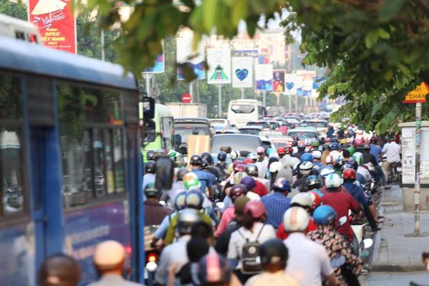 Đường phố Sài Gòn và Hà Nội đông đúc sau ngày làm việc cuối cùng trong năm 2017 - Ảnh 7.