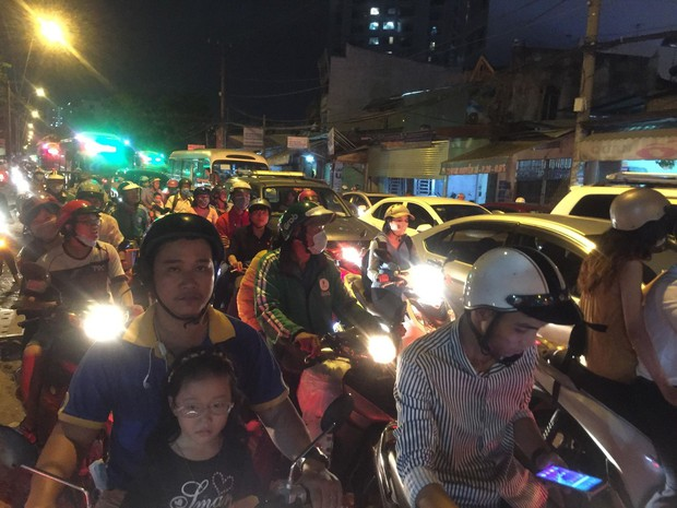 Đường phố Sài Gòn và Hà Nội đông đúc sau ngày làm việc cuối cùng trong năm 2017 - Ảnh 24.