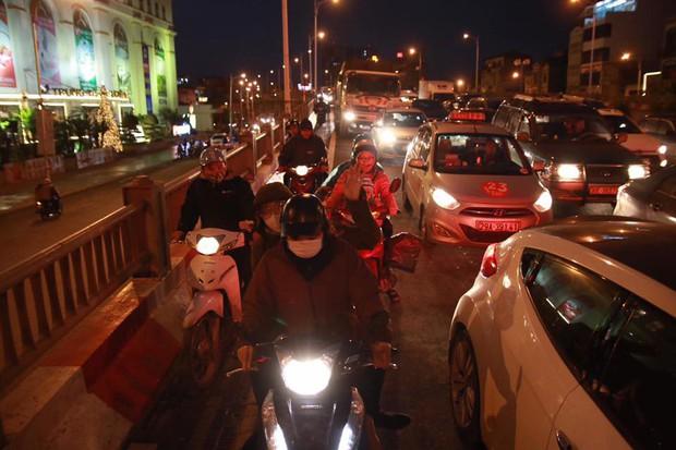 Hà Nội: Người dân tiếp tục về quê nghỉ Tết Dương lịch, đường cao tốc quốc lộ 5 ùn tắc kéo dài hàng km - Ảnh 9.