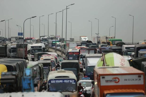 Hà Nội: Người dân tiếp tục về quê nghỉ Tết Dương lịch, đường cao tốc quốc lộ 5 ùn tắc kéo dài hàng km - Ảnh 2.