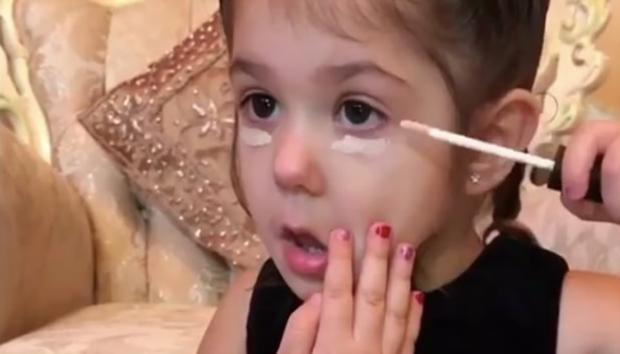 Clip: Bé gái 3 tuổi biết trang điểm thuần thục đang gặp phải làn sóng phản đối dữ dội - Ảnh 1.