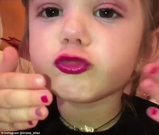 Clip: Bé gái 3 tuổi biết trang điểm thuần thục đang gặp phải làn sóng phản đối dữ dội - Ảnh 3.