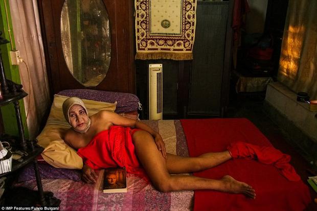 Chùm ảnh: Cuộc sống tủi nhục của người chuyển giới Indonesia - Ảnh 7.