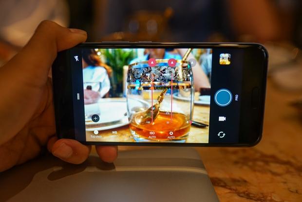 Smartphone có tính năng bóp viền cảm ứng HTC U11 chính thức ra mắt tại thị trường Việt Nam, giá gần 17 triệu đồng - Ảnh 11.