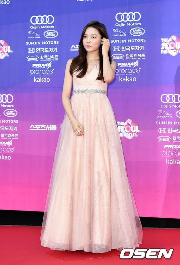 """Thảm đỏ The Seoul Awards: """"Hoa hậu Hàn đẹp nhất thế giới"""" chiếm hết spotlight, Yoona (SNSD) liên tục dùng tay che vòng 1 khiêm tốn - Ảnh 11."""