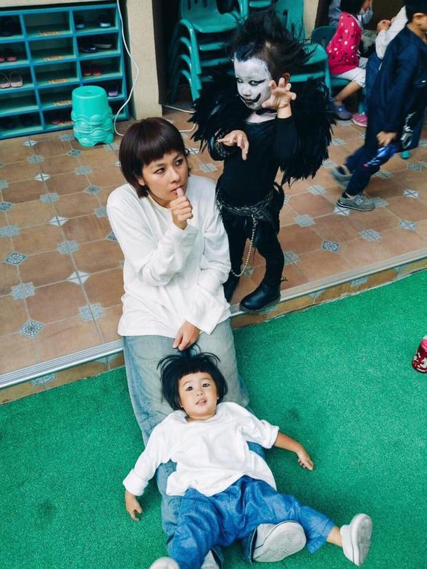 """Chán""""Con ma Vô Diện"""", chị em nhà cô bé Meng Meng diện ngay trang phục thần chết trong Death Note cực kì ấn tượng - Ảnh 7."""