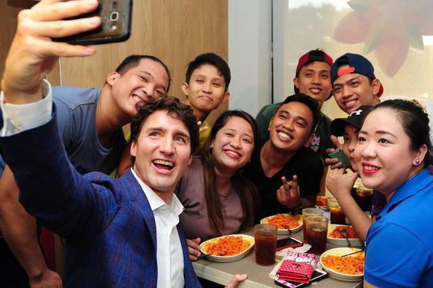 Thủ tướng điển trai Justin Trudeau đi mua gà rán, nước dâu tây và vui vẻ selfie với người hâm mộ tại Philippines - Ảnh 11.