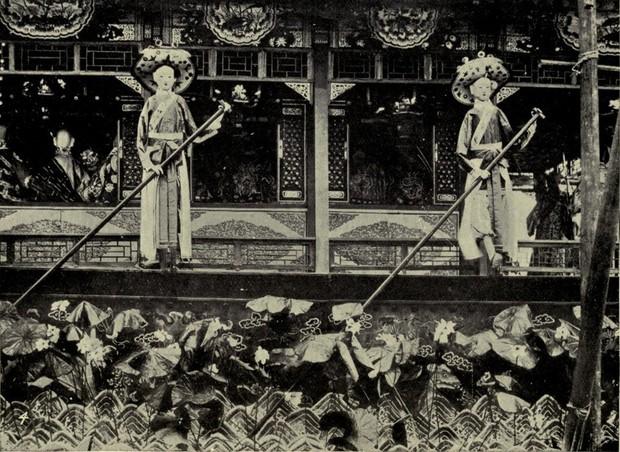 Cuộc sống xa hoa tột bậc của Từ Hy Thái Hậu: Ăn 120 sơn hào hải vị mỗi bữa, có riêng một tuyến đường sắt đi lại trong cung - Ảnh 11.