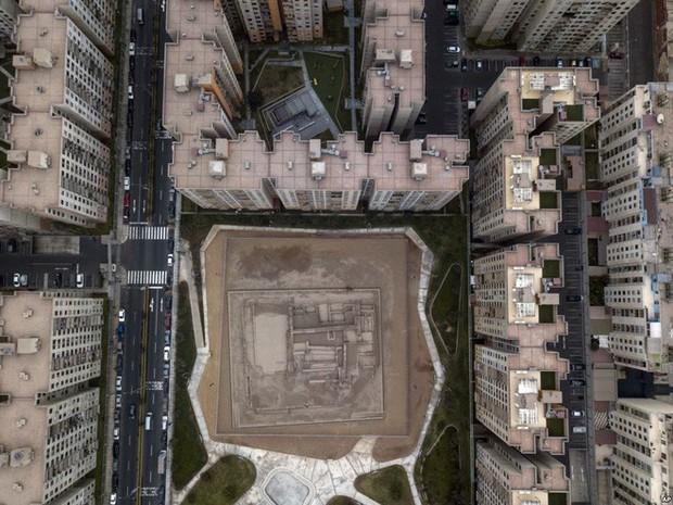 24h qua ảnh: Vòng đu quay khổng lồ trên cầu vượt sông ở Trung Quốc - Ảnh 11.
