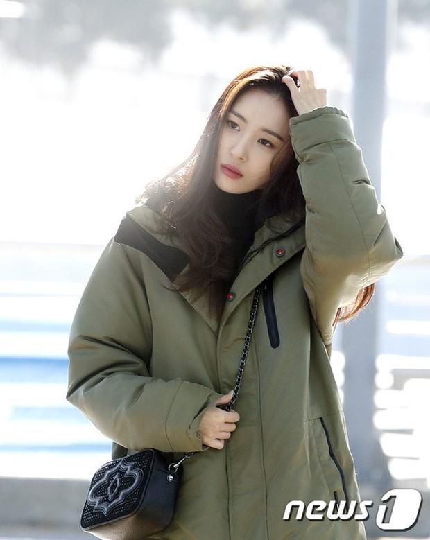 Jessica trở lại thời kỳ đỉnh cao nhan sắc nhưng lại lộ chân tong teo, Sunmi cùng dàn sao Hàn đổ bộ sân bay - Ảnh 11.