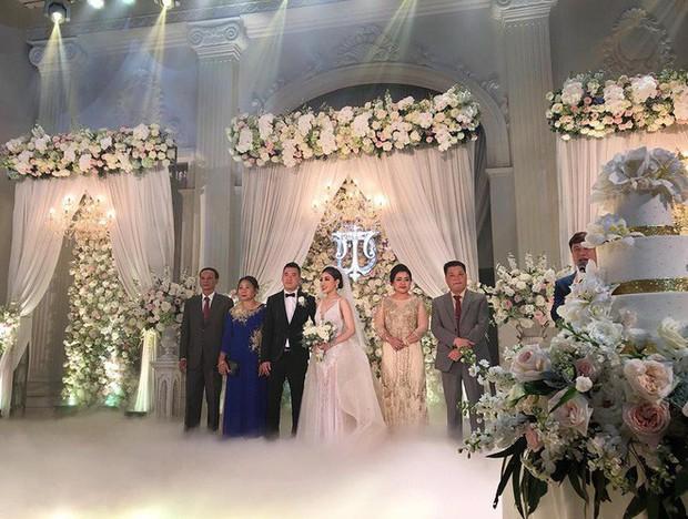 Đám cưới sang chảnh với 10.000 bông hoa tươi và váy đính 5.000 viên pha lê của cô dâu xinh đẹp ở Hà Nội - Ảnh 11.