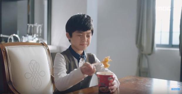 Quá manh động, Yoo Seung Ho không sợ ngứa, kề sát môi robot - Ảnh 20.