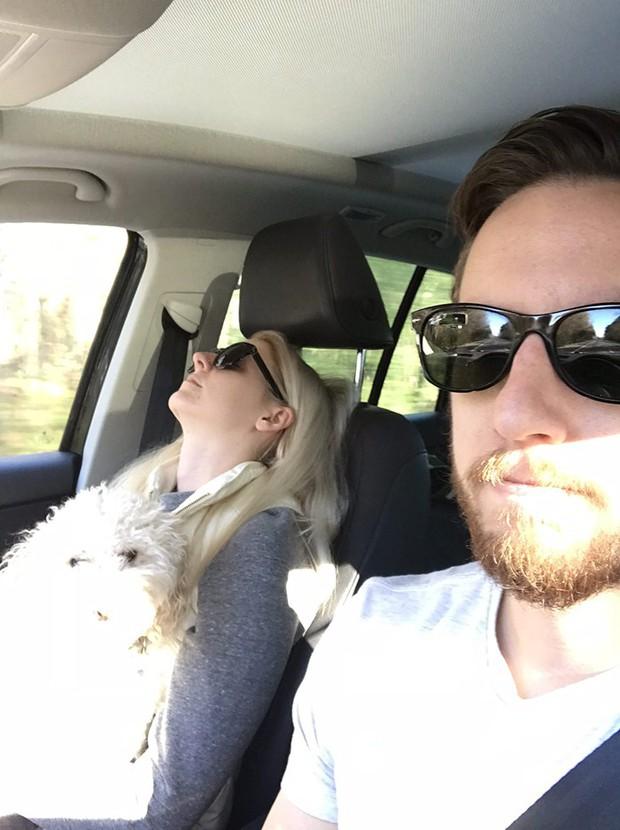 Ông chồng có tâm nhất năm: Cứ nhằm lúc vợ ngủ ngáy trên xe là chụp ảnh rồi khoe khắp mạng xã hội - Ảnh 11.